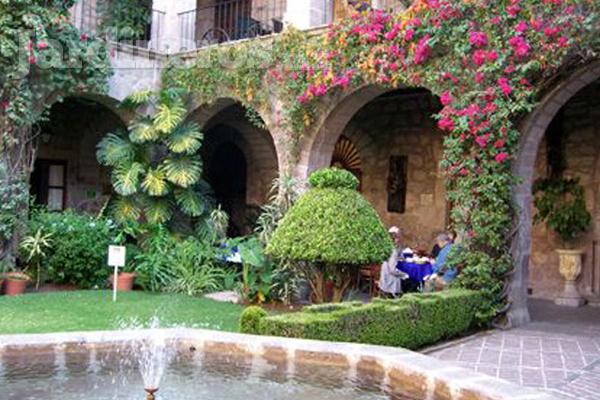 Jardines coloniales for Decoracion de canteros y jardines